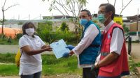 Wakil walikota Tangsel, Benyamin Davnie dan Koordinator Rumah Lawan Covid-19, Suhara Manullang memberikan Surat pernyataan Sehat kepada bu Yati